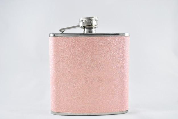 白い背景の上の飲み物のためのピンクの女性のフラスコ