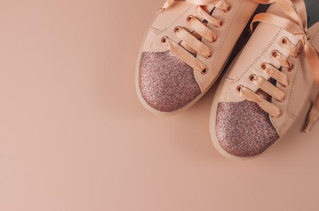 분홍색 배경에 분홍색 여성 운동화입니다. 현대 신발의 평평한 누워.