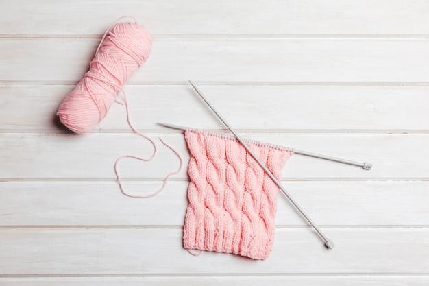 분홍색 양모와 바늘