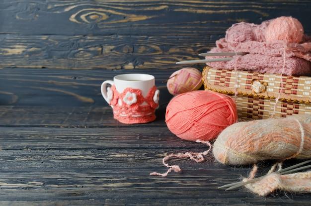 ピンクの糸と木製のテーブルの工芸品