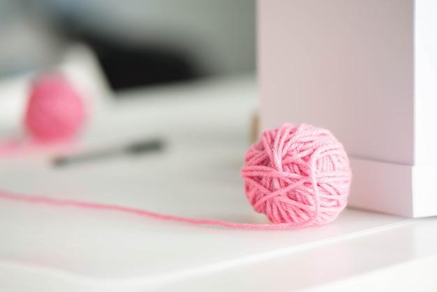모직 실을 가진 분홍색 털실 공