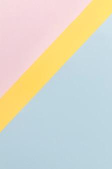 ピンクの黄色と青の食器棚