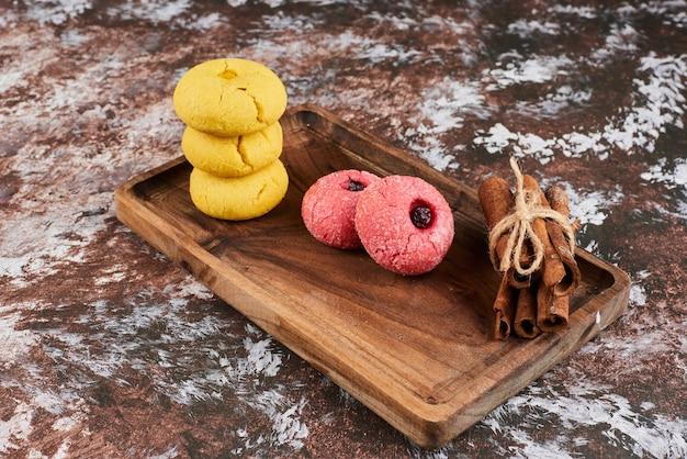 Biscotti al burro rosa e gialli.