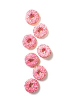 흰색 상단 보기에 분홍색 맛있는 도넛