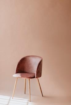 Розовато-коричневый стул на минималистичном фоне