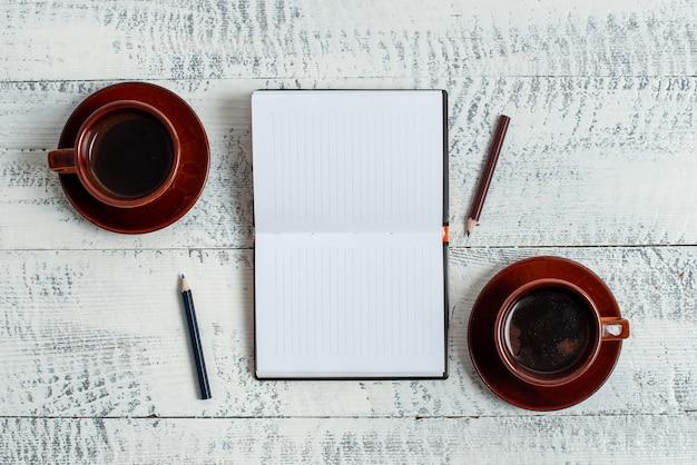 고정된 다양한 빈 색 종이 스티커 메모는 콘텐츠에 사용됩니다. 다른 평평한 배경에 배열된 휴대전화가 있는 종이 노트북 액세서리 및 학용품