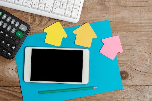 Прикрепленный набор пустых цветных бумажных стикеров, макет, используемый для содержания. аксессуары для бумажных ноутбуков и школьные принадлежности с мобильным телефоном на разных плоских фонах