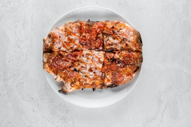 흰색 바탕에 핀사 로마나 미식 이탈리아 요리. 스크로키아렐라. 페퍼로니, 토마토, 치즈와 핀사.