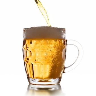 Пинта кружка пива на белом фоне