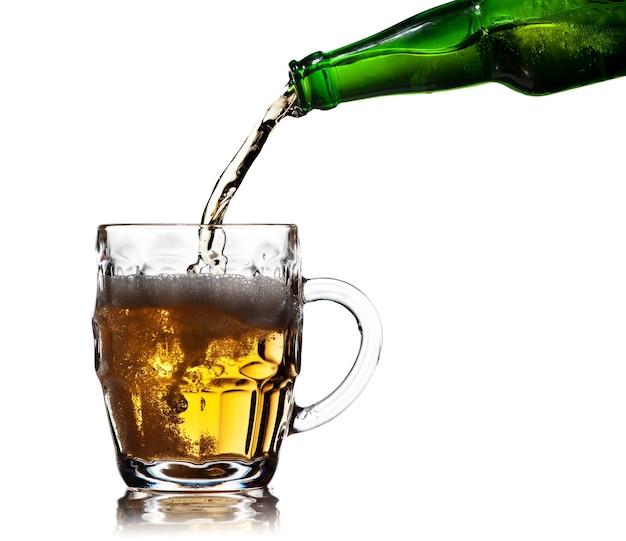 白い背景の上のビールのパイントマグカップ