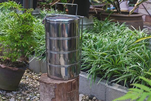 Пинто - название походного горшка или коробки для еды на заднем дворе.