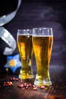 Пинты пива с рождественскими украшениями