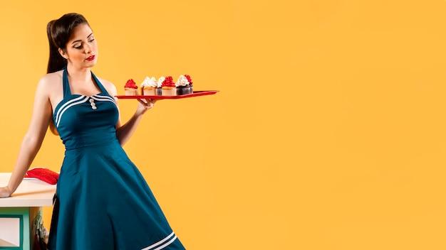 キッチンでポーズをとるピンナップガール