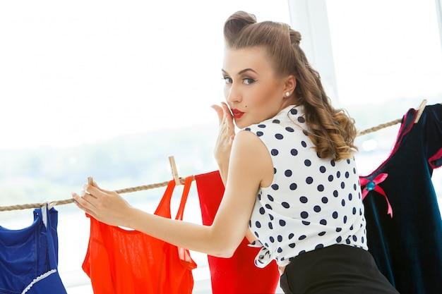 カジュアルな服装でピンナップ女性