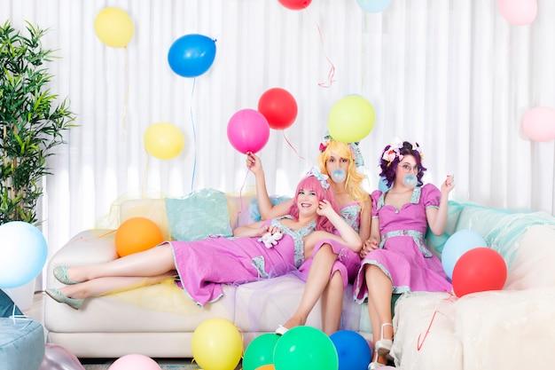 Pinup женщин с красочными нарядами.