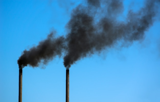 파이프 검은 연기 방출. 환경 오염.