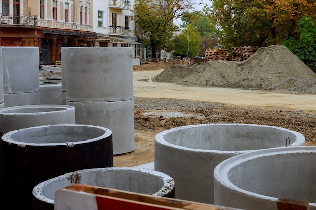 파이프 콘크리트 맨홀은 설치 공사를 위해 준비된 지상에 저장됩니다.