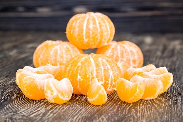 パイプで皮をむいたオレンジみかん Premium写真