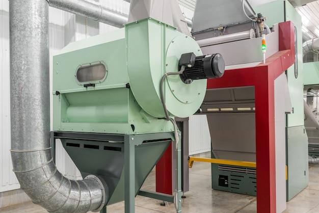 Система трубопроводов и производственное оборудование на заводе