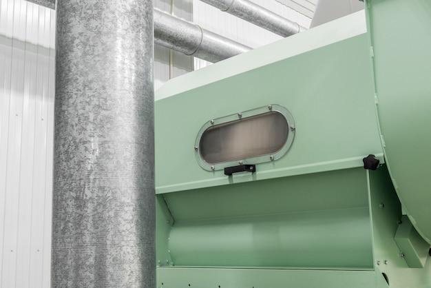 工場内の配管システムと生産設備