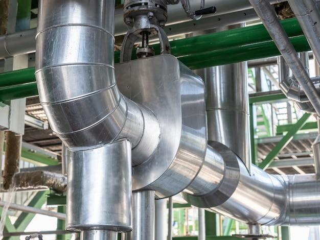 Трубопровод и изоляция в промышленной зоне, труба пара на электростанции