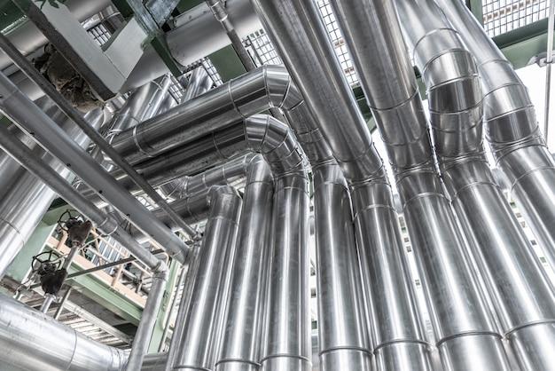 工業地帯のパイプラインと断熱材、発電所の蒸気のパイプ