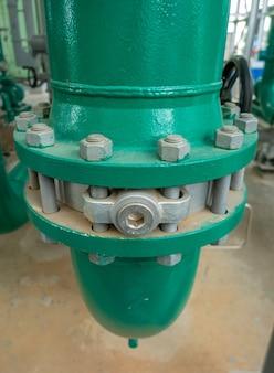 工業地帯における給水または給水のパイプラインとバルブ