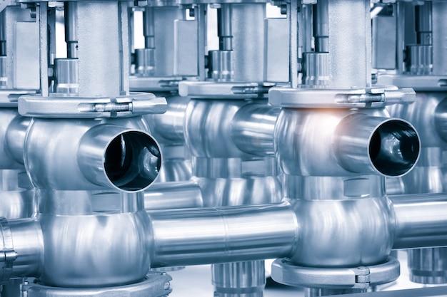 식품 산업을 위한 액체 또는 우유 펌핑 시스템인 스테인리스 스틸 파이프라인. 추상 산업 배경입니다.