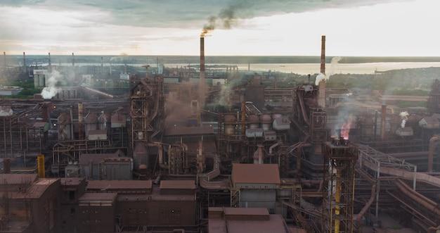 대형 공장 지구 온난화로 인한 대기 오염으로 연기가 나는 파이프