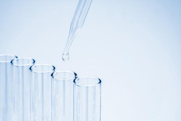 실험실 유리 그릇에 피펫 방울 화학