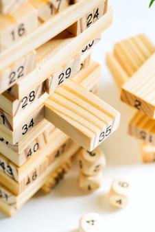 흰 벽에 숫자와 나무 블록에서 piramyd. 수입과 개발을위한 게임.