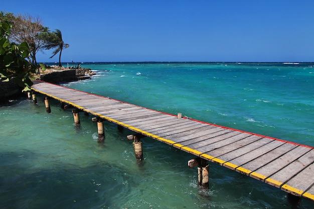 Пиратский остров в заповеднике росарио, карибское море, картахена, колумбия
