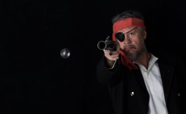 해적은 총알을 날리는 권총을 쏘다