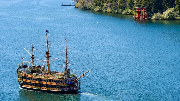 Пиратский туристический корабль и храм хаконэ