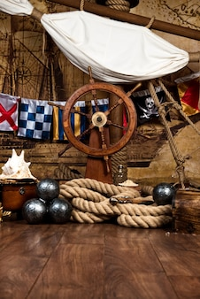 海賊はハンドルと旗を備えた甲板を出荷します。