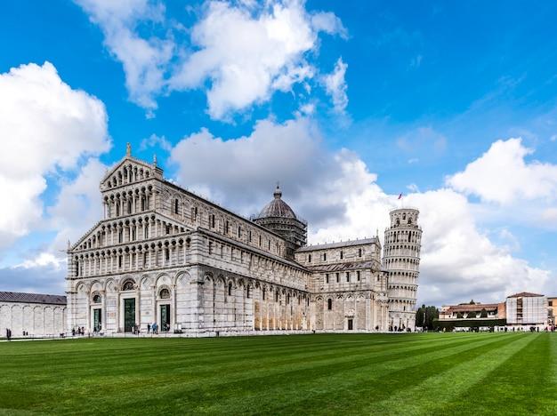 後ろにピサの斜塔があるピサ大聖堂、ピサ、イタリア、ヨーロッパ