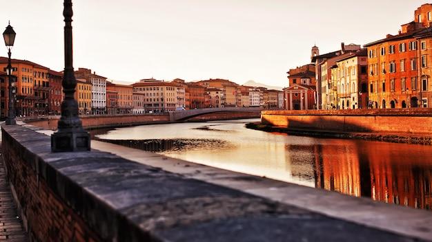 피사, 이탈리아-피사, 이탈리아의 아르노 강을 따라 역사적인 건물 프리미엄 사진