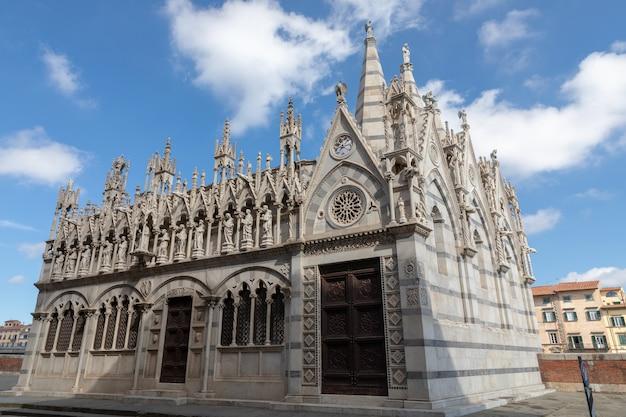 Пиза, италия - 29 июня 2018: панорамный вид на кьеза-ди-санта-мария-делла-спина - небольшая церковь в итальянском городе пиза. . церковь, построенная около 1230 года в стиле писанской готики.