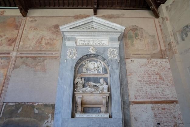 イタリア、ピサ-2018年6月29日:カンポサントモニュメンターレ(記念碑的な墓地)としても知られるカンポサントの内部のパノラマビューは、ピサの大聖堂広場の北端にある歴史的建造物です