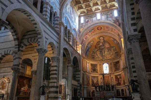 Пиза, италия - 29 июня 2018: панорамный вид на интерьер пизанского собора (cattedrale metropolitana primaziale di santa maria assunta) - средневековый римско-католический собор