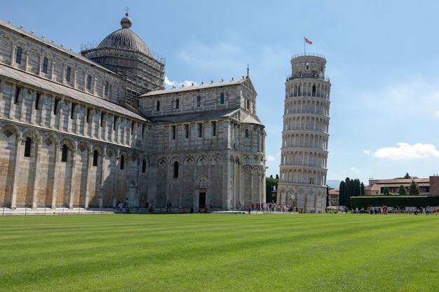Пиза, италия - 29 июня 2018: панорамный вид на пизанскую башню или пизанскую башню (torre di pisa) - колокольня на площади пьяцца дель мираколи, или отдельно стоящая колокольня собора города пизы