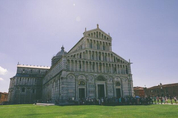 Пиза, италия - 29 июня 2018: панорамный вид на собор пизы (cattedrale metropolitana primaziale di santa maria assunta) - римско-католический собор, посвященный успению девы марии