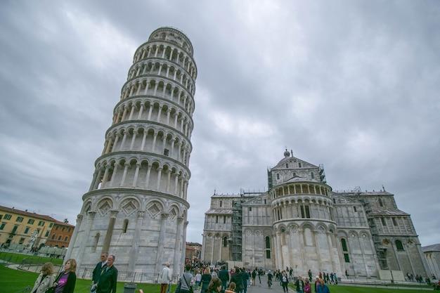 Пиза, италия - 23,2017 -го октября: архитектура города пизы и ориентир истории италии.