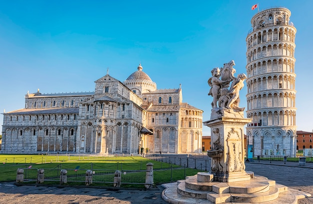 Пиза, пьяцца дей мираколи, с базиликой и падающей башней с копией пространства. тоскана, италия