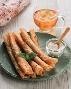 Pisang aroma, хрустящая закуска из тонких хрустящих блинчиков, фаршированных сахаром и бананом, затем обжаренная во фритюре. популярно в бандунге, западная ява, для прекращения голодания в рамадан.