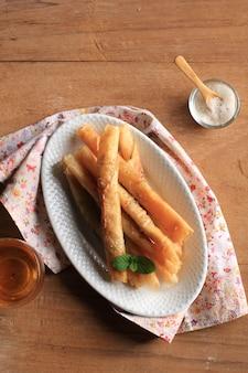 Pisang aroma или банановый спринг-ролл, смесь жареного банана и сахара, завернутые в кожуру люмпии, сделанную из муки. на филиппинах популярны как sweet lumpia или filipino turon (lumpiang saging)