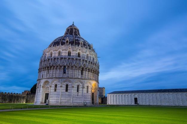 Архитектура города pisatower и наземный ориентир истории италии.