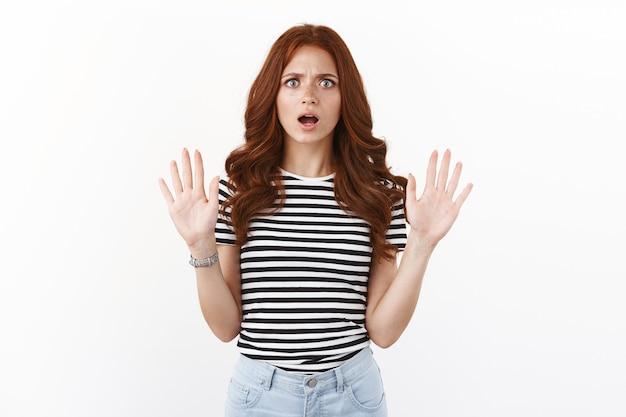 화나고 짜증나는 빨간 머리 여자친구가 헤어지고, 손을 들고 중지 제스처를 취하고, 주름진 눈썹이 화나고 실망스러워 보이고, 두 번째 기회를 거부하고, 끔찍한 역겨운 제안을 거부합니다