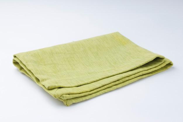 Салфетка зеленого цвета pista, расположенная на белом текстурированном фоне, изолированном, селективном фокусе.