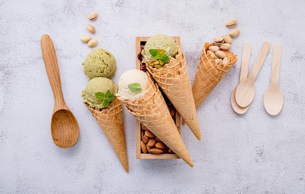 Фисташковое и ванильное мороженое в миске со смешанными орехами на белом фоне